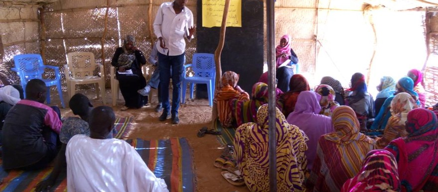 Activists provide information about cholera to the displaced people in Zamzam camp (File photo: RD)