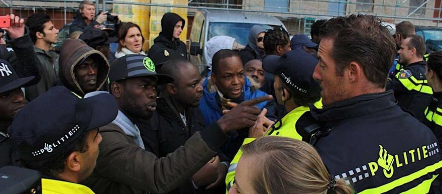 Refuges and activists scuffle with Dutch police in Amsterdam on Friday (Picture:  Afsanne Ghafarian Rabe'I / Wij Zij Hier)