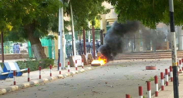 Security forces guard a gate of the University of Khartoum where students started protests against the price increases on 7 January 2018 (RD)