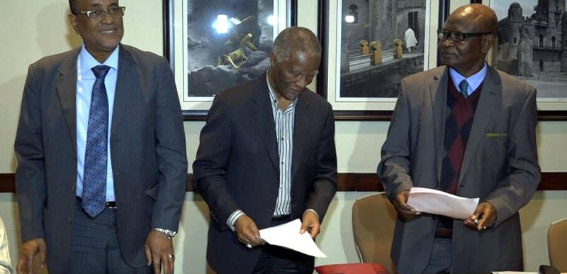 Ibrahim Mahmoud (L), Thabo Mbeki (C), and Amar Amoun sign a joint statement, Jan. 4, 2018 (AU)
