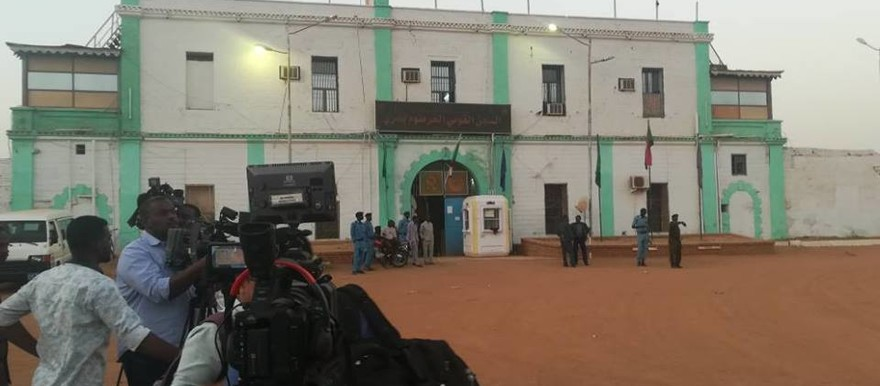Reporters await the release of political detainees from the prison in Khartoum on Sunday February 18, 2018 (RD)