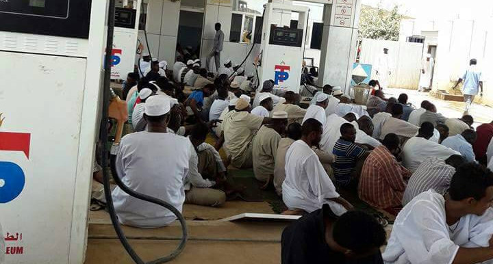 Performing Friday prayers while waiting for fuel at a filling station in Khartoum on May 4, 2018 (RD)