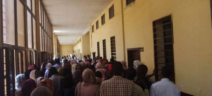 A photo published on Twitter, showing the packed Central Omdurman Court on Thursday 10 May. People gathered here in support of Noura Hussein, a young Sudanese woman who was later sentenced to death by hanging. (Twitter/Sodfa Daaji)