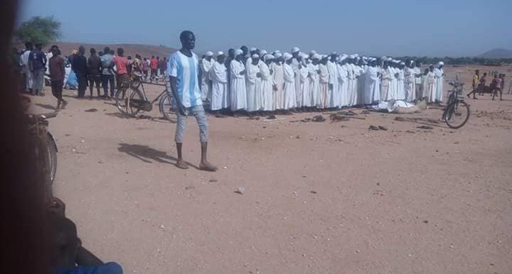 Mourners attend the funeral of the victims who died in a militia attack in Aradeiba camp in Garsila, Central Darfur on May 24 (RD)
