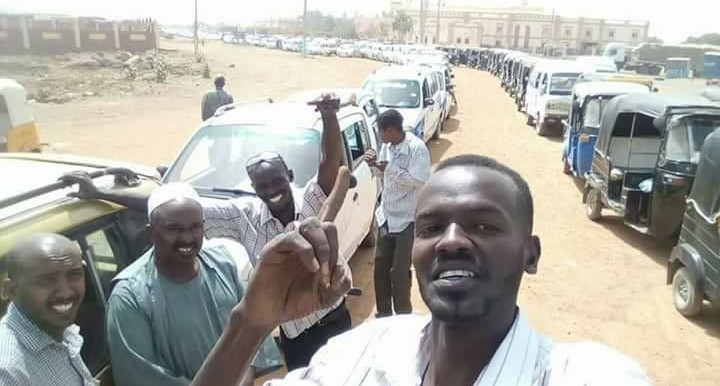 Sudanese car drivers stand in line in front of a fuel station that is still operating against the backdrop of the fuel shortages throughout Sudan (RD)