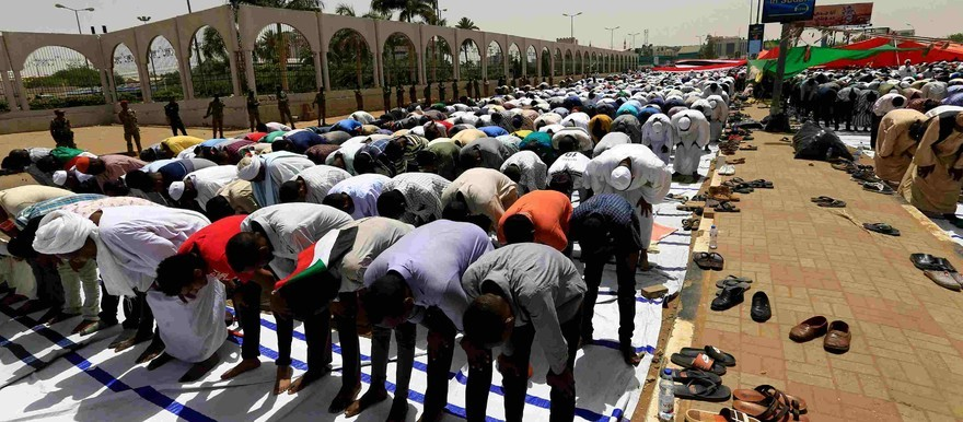Sudanese protesters perform Friday prayers near the General Command of the army in Khartoum, April 2019 (CGTN)