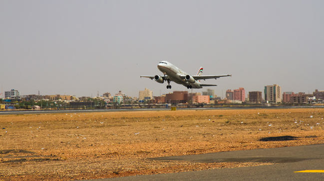 An aeroplane leaving Khartoum Airport (Hürriyet Daily News)