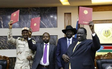 Head of the Sudanese delegation to the Juba peace talks, Deputy Chairman of Sovereign Council Lt Gen Mohamed Hamdan 'Hemeti' (L), SRF chairman El Hadi Idris, South Sudan President Salva Kiir, and mediator Tut Galwak (R) at the signing ceremony in Juba yesterday (SUNA)