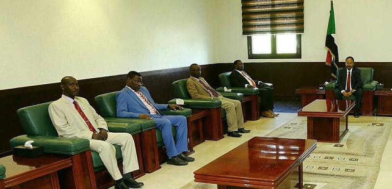 Prime Minister Hamdok (r) welcomes the SLM-MM delegation in Khartoum today (SUNA)