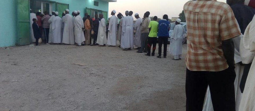 Sudanese queuing to buy bread (File photo)