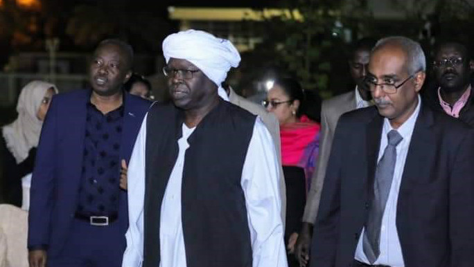 Member of the Sovereign Council, Prof Siddig Tawir (c), arrives with Minister of Culture and Information Feisal Mohamed Saleh (r) and Radio Dabanga editor-in-chief Kamal El Sadig (l) at a celebration event at the National Museum in Khartoum on January 22 to honour the Heroic Voices of Radio Dabanga