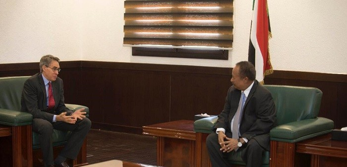 Executive Director of Human Rights Watch (HRW), Kenneth Roth, meets with Sudan's PM Hamdok in Khartoum on Wednesday (SUNA)