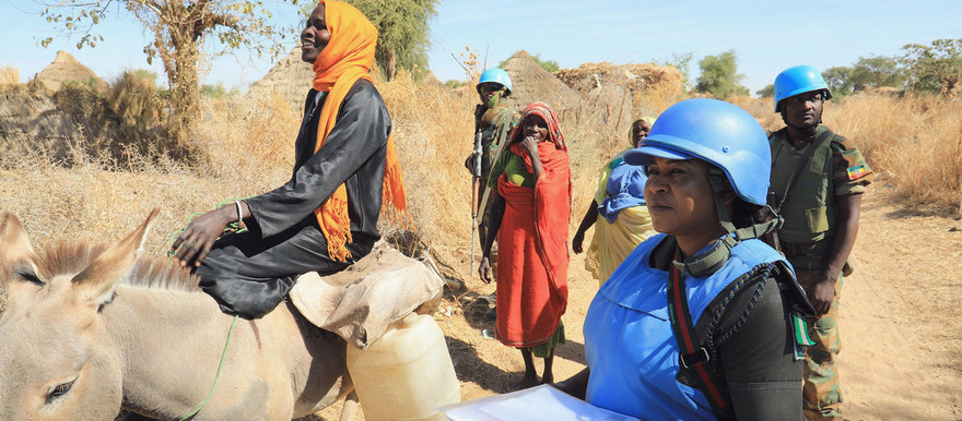 Unamid peacekeepers provide protection to women farmers south of Zalingei, capital of Central Darfur (Amin Ismail / Unamid)