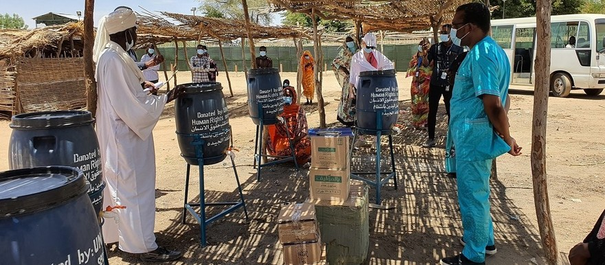 Unamid distributes hygiene materials to displaced people in Central Darfur to help them combat the spread of Covid-19 (Owies Elfaki / Unamid)