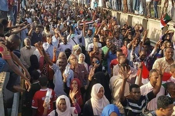 Demonstrators cross the bridge from Omdurman to Khartoum during last year's March of Millions (RD)