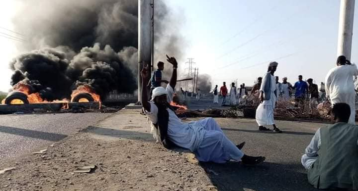 Protestors against the dismissal of the governor of Kassala block the Port Sudan-Khartoum highway, Suakin, October 14 (Social media)
