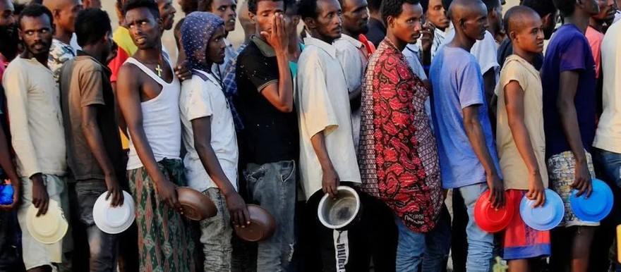 Ethiopian refugees line up for food (social media)