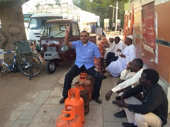 People lining up to buy an LPG cylinder in Khartoum (file photo)