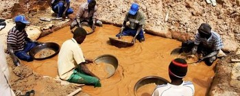 Gold miners in Jebel 'Amer, North Darfur