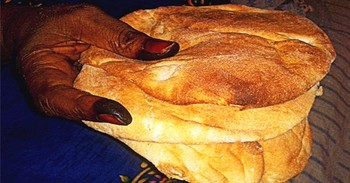 A Sudanese woman holds some pieces of bread (file photo)