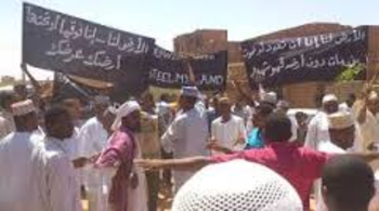Protest against the sale of land in El Jireif, 13 June 2015 (file photo)