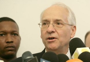 United States Special Envoy to Sudan and South Sudan Donald Booth talks to reporters after a meeting with the Sudanese foreign minister Ali Karti (Suna file photo)