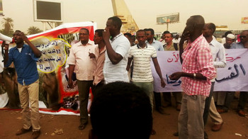 The demonstration led by RNM members at Karkar transport station in Khartoum on Thursday 4 September. Four members were later detained by security forces in civilian clothes (Radio Dabanga)