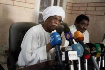 Sudanese Communist Party chief Mohamed Mokhtar al-Khatib (L) and the leader of Sudanese Congress Party Ibrahim al-Sheikh during the press conference on 9 November 2015 (AFP)