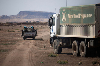 Unamid escorts WFP lorries in North Darfur (File photo: Albert González Farran / Unamid)
