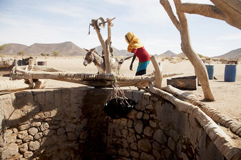 A Darfur woman draws water from a 95-metre well in Malha, North Darfur (Mohamad Almahady / Unamid)