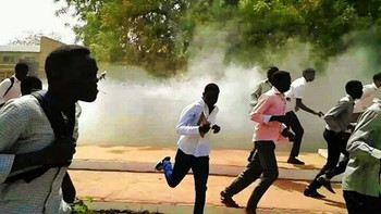 Students at the University of Khartoum attempt to escape from tear gas in 2014 (RD)
