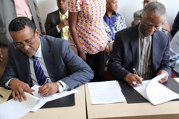 Head of the Sudanese government delegation, Ibrahim Mahmoud, and AUHIP chairman Thabo Mbeki sign the roadmap for the peace talks in Addis Ababa, 21 March 2016 (RD)