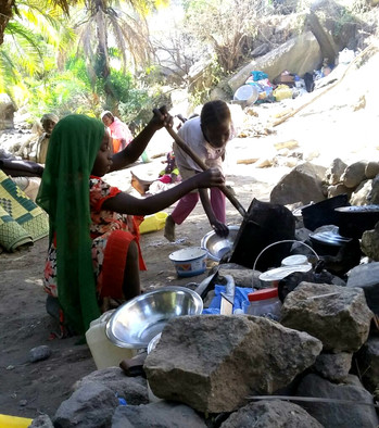 Displaced children cooking in the mountains of Kuala, west Jebel Marra, after fleeing the early 2016 military offensive that has damaged or destroyed villages (Radio Dabanga correspondent)
