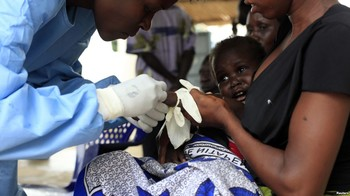 A South Sudanese infant suffering from cholera is being attended by medics in Juba Teaching Hospital, 27 May 2014. (voanews.com)