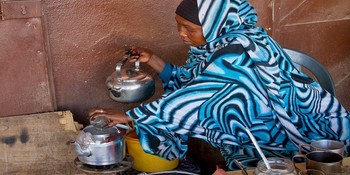 A tea seller in Khartoum (file photo)
