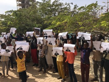 In front of the Sudanese Ministry of Justice, family members and supporters of Dr Mudawi Ibrahim demand his release on Thursday 9 March (RD)