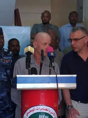 Thierry Frezier speaking to the press at Khartoum airport, 7 May 2017 (SUNA)