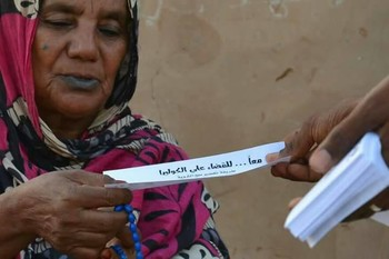 Anti-cholera campaigners hand out leaflets in Khartoum North, July 2017 (RD)
