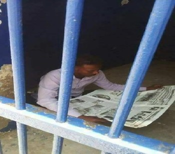 Journalist Mohamed El Amin Osheik in police custody in Suakin, 12 June 2017 (Huqoog)