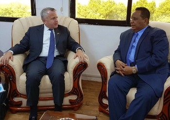 Deputy Secretary of State John Sullivan (L) meets Foreign Minister Ibrahim Ghandour in Khartoum on 16 November 2017 (RD)