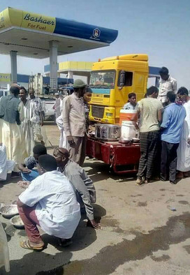 Vendors sell refreshments to fuel queues in Sudan (RD)