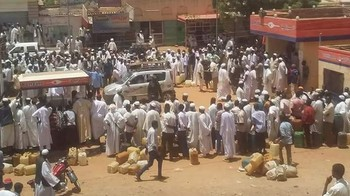 A crowd of people at a fuel station in El Rahad in North Kordofan (file photo RD)