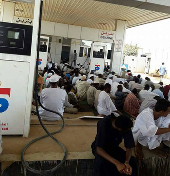 Delete Performing Friday afternoon prayers while waiting in a fuel station in Khartoum on May 4, 2018 (RD)