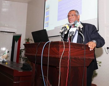 Sudanese Prime Minister Motaz Mousa at a press conference (SUNA)