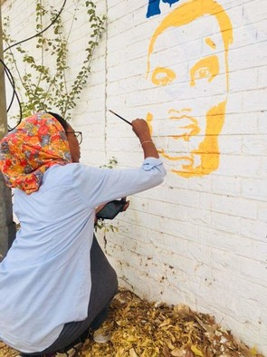 A Sudanese artist paints faces of protesters killed on the walls near the sit-in in front of the army command in Khartoum, April 16, 2019 (RD)