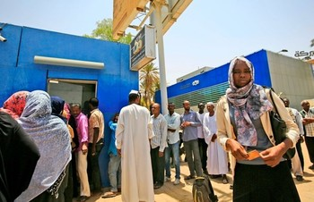 Sudanese queue up to draw money from an ATM in Khartoum, May 9, 2019 (Ashraf El Shazli/AFP)