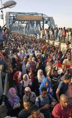 Demonstrators crossing the bridge to Khartoum on the first March of the Millions on June 30, 2019 (RD correspondent)