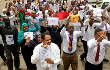 Employees of government offices, banks, private sector firms in Port Sudan call for a civilian government, May 28, 2019 (File photo)