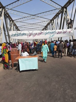 Protestors blocking the bridge in Murnei, Kereinik locality, West Darfur, yesterday (RD correspondent)