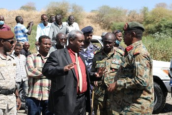 El Gedaref governor Suleiman Ali visiting the border area on Monday (SUNA)